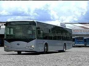 Novo tipo de ônibus elétrico está em teste em São Paulo - O novo modelo de ônibus elétrico não fica preso a cabos e pode circular por qualquer região da capital paulista, sem o risco de parar por falta de energia elétrica. O veículo conta com quase duas toneladas de baterias.