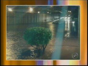 Chuva causa transtornos e alaga bairros em Bauru - Depois do forte calor dos últimos dias, uma grande quantidade de chuva atingiu a cidade de Bauru (SP) na noite de terça-feira (20). As pancadas duraram mais de meia hora e causou alagamento em alguns pontos, como no bairro Distrito Industrial I.