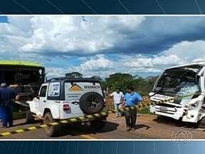 Acidente entre dois ônibus com trabalhadores rurais deixa 21 feridos, em Mineiros - A colisão aconteceu na terça-feira (19). Os veículos bateram de frente.