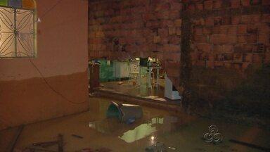 Famílias perdem bens devido a alagamentos, em Manaus - Forte temporal atingiu a capital amazonense na terça-feira (19).