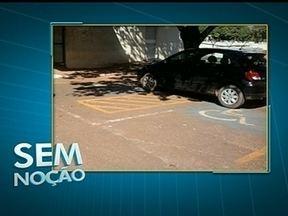 Flagrante mostra carro parado em duas vagas para deficientes no Hospital de Base - O motorista do carro preto parou o veículo no sentido contrário, ocupando duas vagas reservadas para pessoas com deficiência.