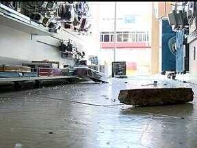 Loja de informática é assaltada pela segunda vez em menos de uma semana - Imagens de câmeras de segurança mostram os bandidos usando pedras para quebrar a porta de vidro do estabelecimento da 313 Norte. Acessórios de informática e fones de ouvidos foram roubados.