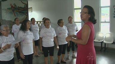 Programa de Manaus que ensina idosos a ler e escrever investe agora em aulas de canto - Grupo participa do Programa Municipal de Escolarização do Adulto e da Pessoa Idosa.