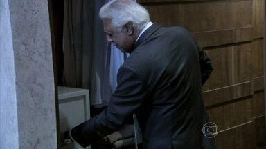 César decide guardar a procuração no cofre - Aline fica decepcionada pela falta de confiança do marido