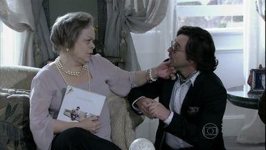 Eudóxia convida Gigi para jantar em sua casa - Murilo tenta vender um vaso de cristal para a mãe de Ignácio, mas Valdirene quebra a peça