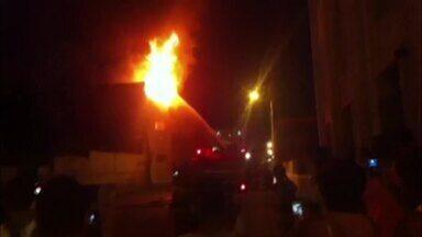 Internauta envia vídeo de incêndio em concessionária de Visconde do Rio Branco, MG - Fogo começou na noite desta quinta-feira (21), no Centro da cidade.
