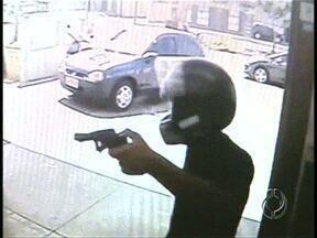 Câmeras de segurança gravam assalto em açougue da Zona Norte - Assaltante levou todo o dinheiro do caixa e fugiu em uma moto.