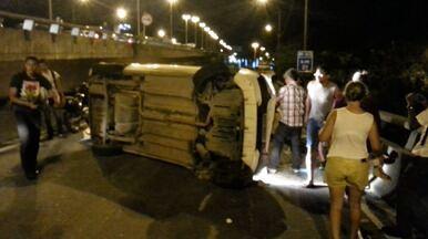Carro capota na descida da Segunda Ponte, na Grande Vitória - Estudante que passava pelo local, registrou o veículo virado na pista.Polícias foram procuradas, mas ainda não falaram sobre o acidente.