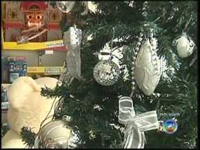 Especialista de Araçatuba dá dicas de segurança para montar árvore de Natal - Moradores do noroeste paulista já começaram a comprar e a montar a árvore de Natal em casa. Mas é preciso ficar atento desde a compra de materiais até a instalação elétrica das luzes. Confira dicas de segurança de um especialista de Araçatuba (SP).
