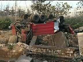 Explosão de oleoduto mata 35 pessoas na China - Mais de 150 ficaram feridas. A explosão abriu uma cratera. Vários carros foram arremessados e um caminhão caiu no buraco. O óleo se espalhou pelo porto e houve outro incêndio.