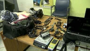 Polícia identifica assaltantes e encontra depósito de produtos roubados, em Santa Luzia - A quantidade de material encontrada no local surpreendeu os policiais.