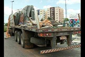 Carreta de granito tombou na rodovia Mário Covas - Carreta de granito tombou na rodovia Mário Covas.