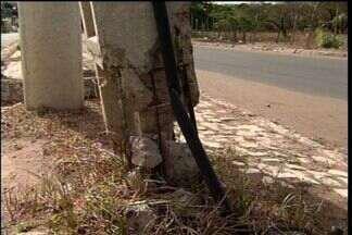 Postes danificados preocupam moradores de Juazeiro do Norte - Responsáveis pela iluminação do município prometem resolver os problemas.