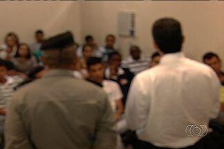 Adolescentes envolvidos em confusão em shopping participam de audiência em Aparecida - Pais e menores envolvidos em uma confusão no Buriti Shopping, em Aparecida de Goiânia, participaram de uma audiência nesta sexta-feira (22) no Fórum da cidade.