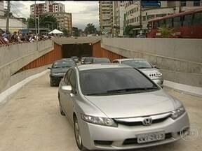 Inaugurado mergulhão que pode melhorar o trânsito em Niterói - No dia em que completa 440 anos, Niterói ganhou um mergulhão que vai facilitar o trânsito para os motoristas que vêm da ponte em direção à zona sul da cidade. O túnel tem 400 metros de extensão e duas faixas.