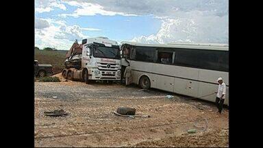 Ônibus e três carretas se envolvem em acidente e uma pessoa morre - Três carretas e um ônibus se envolveram num acidente nesta sexta-feira (22) à tarde em Rondonópolis. Uma pessoa morreu.