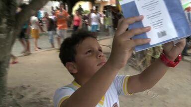 Dia foi de leitura e contação de histórias em uma praça de São Miguel dos Campos - Estudantes deram asas à imaginação e interpretaram personagens.