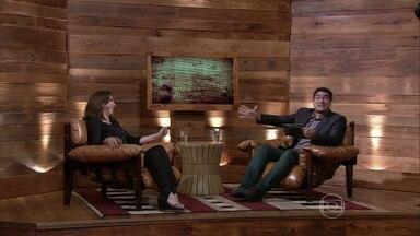 Zeca entrevista Marisa Orth cantando e ela responde no ritmo - Filho da atriz estava na plateia do programa