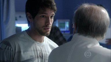 Luciano pede para Lutero deixá-lo estagiar no hospital - O diretor clínico propõe que ele comece como um residente especial