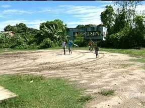 Moradores de rua em Itaboraí sofrem com a falta de asfalto - O RJ Móvel faz a quinta visita ao bairro da Ampliação, em Itaboraí. Os moradores da Rua 43 ainda estão aguardando o asfaltamento e a construção de calçadas na via.