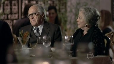 Lutero pede Bernarda em casamento para Pilar - Pilar leva Jacques para o jantar e deixa Lutero um pouco desconfortável