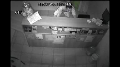 Homem furta estabelecimento de eletrônicos em Juiz de Fora - Imagens do circuito interno de segurança mostram o suspeito retirando celulares, tablet, modem e manetes de videogame do balcão da loja e saindo do local. O furto foi na madrugada desta quinta-feira (28), no Bairro Manoel Honório.