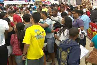 Lojas antecipam a Black Friday em Salvador e atraem dezenas de consumidores - Em um supermercado teve gente que aproveitou para realizar o sonho do presente de Natal antecipado.