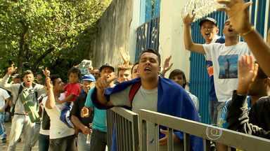 Torcedores cruzeirenses enfrentam fila para comprar ingresso da última partida em 2013 - Jogadores prometem completar a alegria da torcida.