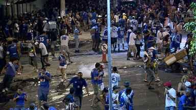Confusão e briga marcam jogo da festa do Cruzeiro no Mineirão - Torcidas organizadas provocaram briga generalizada do lado de fora do estádio