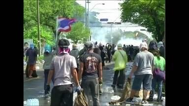 Protestos contra o governo da Tailândia terminam com três mortes - Novos confrontos foram registrados na terça-feira (2) em Bangoc. Opositores do regime exigem a renúncia da primeira-ministra, acusada de usar a maioria governista no parlamento para aprovar leis que anistiem o irmão.