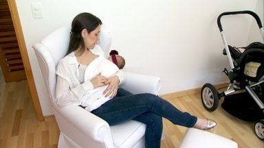 Amamentação à noite deve ser mais tranquila para facilitar o sono - O ginecologista José Bento explica que os bebês não conseguem diferenciar bem o dia e a noite. Por isso, nas mamadas de dia, a mãe deve iluminar o ambiente e interagir com o filho. À noite, é recomendado ficar em silêncio.