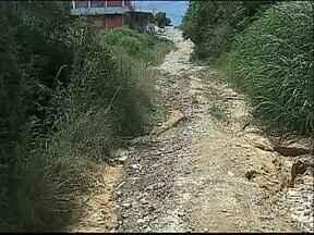 """Moradores reclamam: """"Nem cavalo anda por aqui."""" - A rua fica na Vila Clock, em Ponta Grossa."""