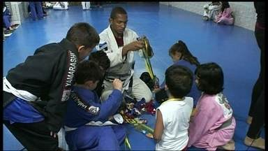 Projeto oferece aulas de jiu jitsu de graça na Ceilândia - O centro de treinamento atende mais de 300 crianças e adultos. As parceiras Isabel Soares e Andreia Castro mostram que o projeto incentiva a formação de novos atletas na comunidade.