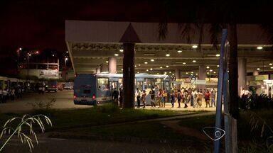Sete homens assaltam seguranças de terminal de ônibus no ES - Armas, munições, algemas e bens pessoais foram roubados em Cariacica. Ceturb informou que vai mandar imagens de câmeras para a polícia.
