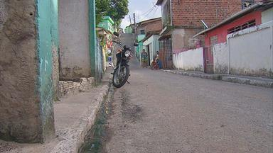 Ladeira estreita impede passagem de carros em comunidade de Jaboatão - Problema acontece no Campão, bairro do Curado I.