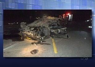 Três homens morrem em acidente de trânsito no Sul de SC - Três homens morrem em acidente de trânsito no Sul de SC ; caminhão tomba na BR-101 em Itajaí e provoca filas na rodovia