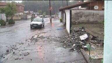 Mulher morre aós ser atingida por muro em São Vicente - Muro caiu devido a forte chuva e vento nesta quinta-feira