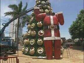 Papai Noel gigante chegou ao centro de Foz do Iguaçu - Ele foi instalado na praça do Mitre com um guindaste.