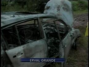 Brigada Militar encontra carro incendiado em Erval Grande, RS - Não há suspeitas sobre paradeiro do veículo.