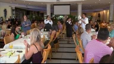 Primeiro grupo faz apresentação em restaurante em clima de flashmob - Elias Moreira, Janaína Cruz, Vivian Lemos e Xandy Monteiro competem juntos na primeira fase da disputa