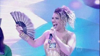 Aila Menezes mostra o poder do seu leque em sua apresentação - Jovem cantou a música 'É Hoje', conhecida na voz de Caetano Veloso