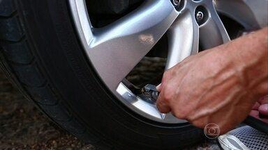 Saiba a forma correta de calibrar o pneu - O piloto do AutoEsporte explica porque a calibragem de um carro vazio é diferente de um carro cheio.