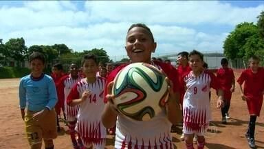 Crianças testam a 'Brazuca' em pelada em campo de terra batida - Jogadores mirins de São Paulo aprovam bola oficial da Copa do Mundo no Brasil.