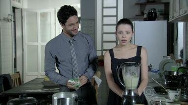 Linda aprende a controlar o liquidificador - Rafael tranquiliza a garota