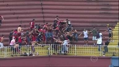 Polícia do Paraná recebe pedido para identificar torcedores envolvidos em briga - O pedido foi feito pela polícia de Santa Catarina. O delegado regional de Joinville diz que tem uma lista de pessoas que estão sendo investigadas e que, por enquanto, ainda é cedo para divulgar nomes.