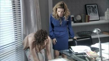 Glauce visita Vega e pergunta sobre o prontuário de Luana - A mulher de Atílio diz que não deu o documento para ninguém, mas, quando procura na gaveta, não encontra os papéis