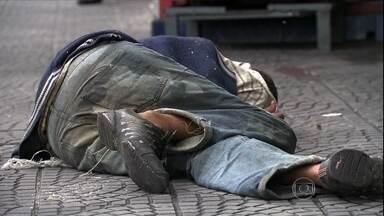 Ambulância leva uma hora para socorrer morador de rua em Guarulhos (SP) - A ambulância levou quase uma hora para chegar. A Secretaria de Saúde de Guarulhos divulgou uma nota dizendo que a triagem demora porque é preciso saber o que está acontecendo com a pessoa a ser atendida.