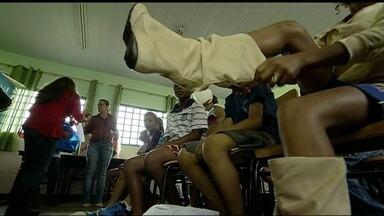 Alunos de escola da Estrutural ganham sapatos de presente de Natal - Muitos meninos e meninas não tinham tênis ou sapatos do tamanho adequado. Os 800 estudantes da educação infantil e do ensino fundamental do Centro de Ensino II foram presenteados com calçados.