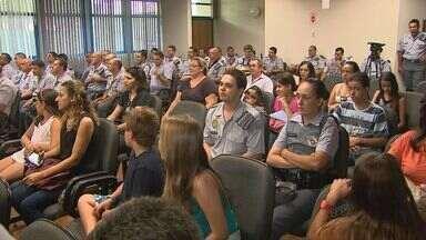 Policiais militares participam de homenagem aos 182 anos de PM - Diplomas foram dados aos policiais que se destacaram em outubro e novembro e vídeo mostrou desenvolvimento da polícia.