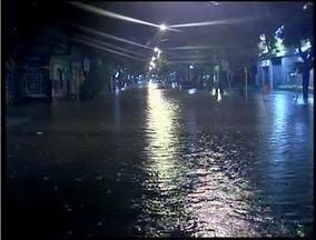 Chuvas causam estragos em Governador Valadares - Ruas ficaram alagadas e populares tiveram dificuldades para chegar em casa.